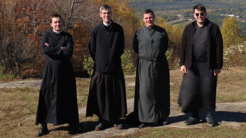 Les abbés et le frère de l'École Sainte-Famille lors d'une sortie de communauté